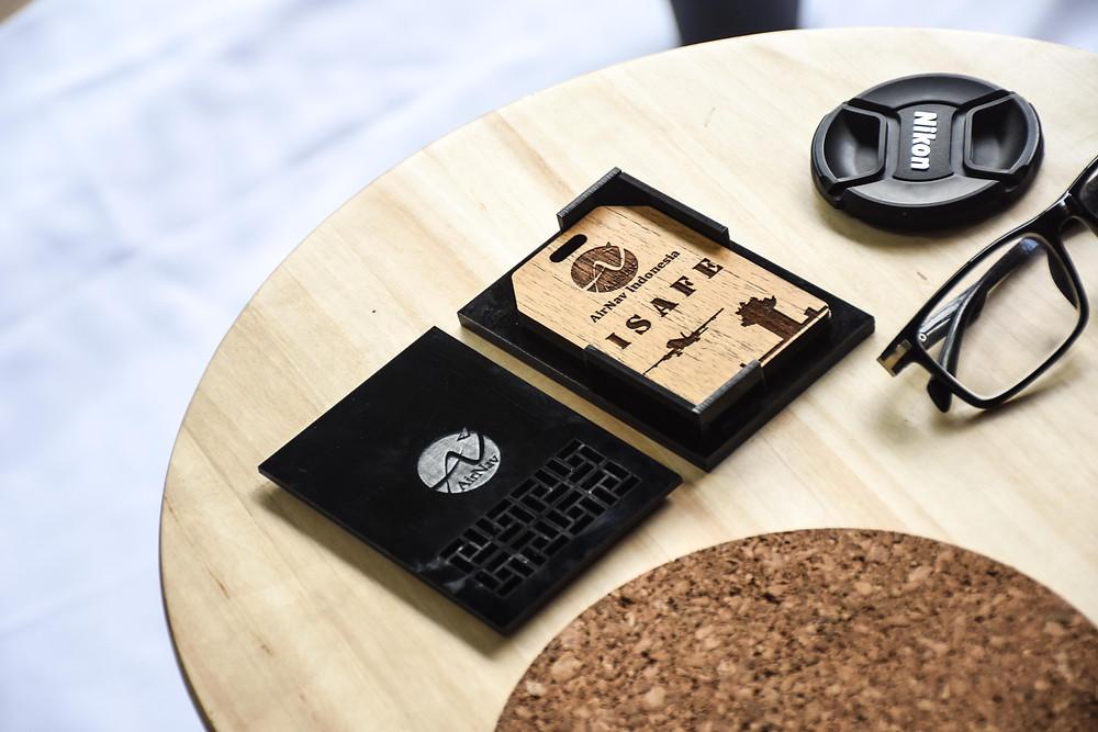 souvenir perusahaan AirNav Indonesia, kayu sungkai