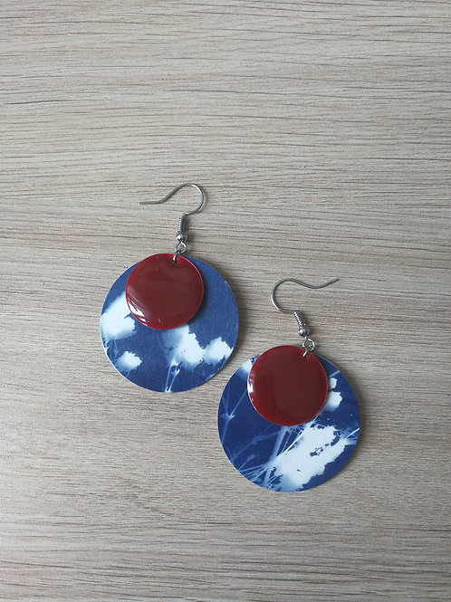 Boucles cyanotype gypso et sequins rouges