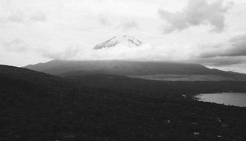 山梨県、富士山の麓で職人が手作りピアス