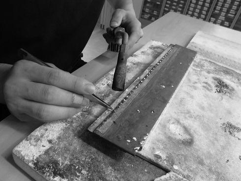 製品に合わせて職人が銀ロウ、ハンダロウを加工しています。