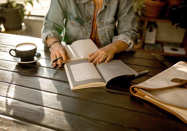 Mujer escribiendo