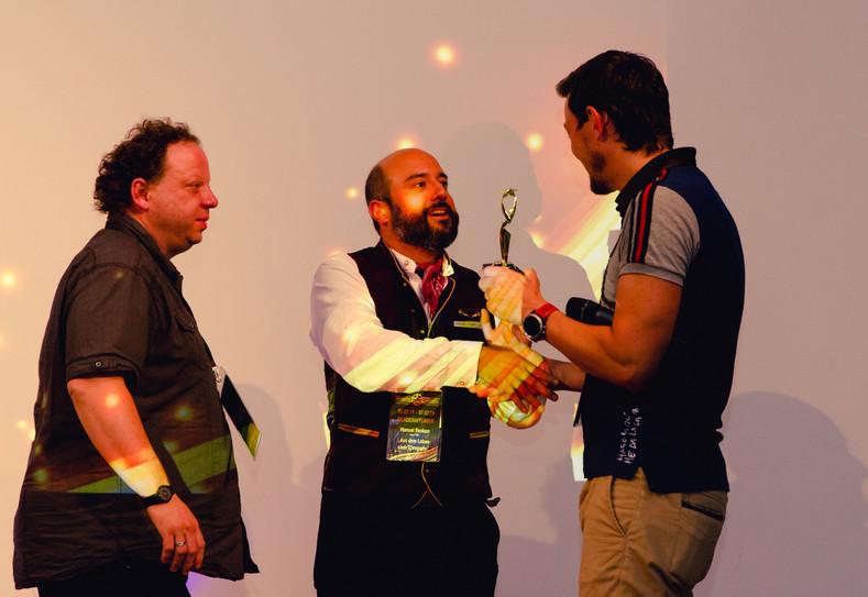 Der Preis wird von unserem Kameramann Stefan Tesar überreicht