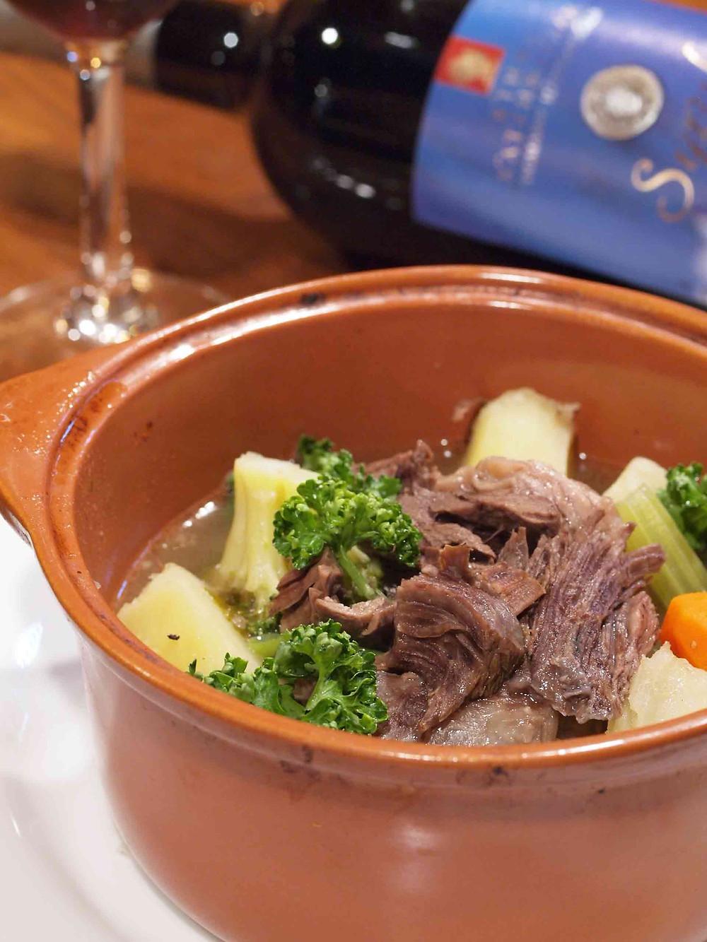ブラストー(牛すね肉と野菜の煮込み)