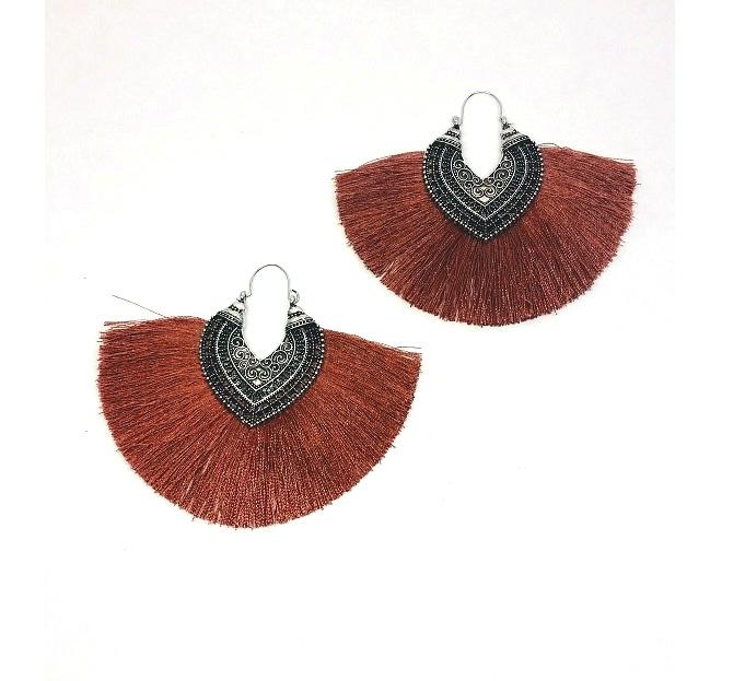 Élégantes boucles d'oreilles XXL en forme d'éventail sur base métal joliment décorée d'arabesques ethniques de type oriental. Grande largeur de 10 cm pour une hauteur de 8 cm.