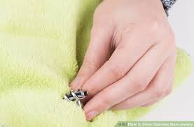 Ôtez votre bijou lorsque vous rentrez chez vous, nettoyez-le avec un chiffon doux pour éliminer les résidus de maquillage, ou d'acidité de sueur qui, par réaction avec le métal, l'oxydera et rangez-le aussitôt.