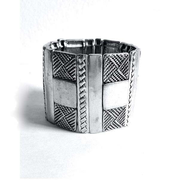 Magnifique bracelet manchette en métal argenté décoré de deux rangés de pointillés. Ce bijou est monté sur élastique très résistant pour un plus grand confort d'enfilage et épouse parfaitement votre poignet. Largeur du bijou : 4.5 cms.
