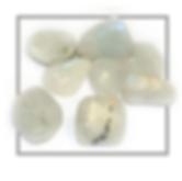 La pierre de lune est une pierre essentiellement féminine. Elle favorie un bon équilibre homonal et est excellente lors des douleurs de la mentrualtion. Après une grossesse, il convient de porter la pierre de lune encore deux mois.