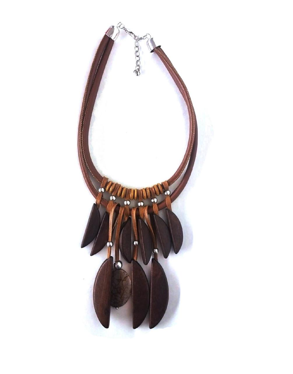 Ajustable en longueur Un style africain très marqué donne à ce collier plastron en bois toute son authenticité.