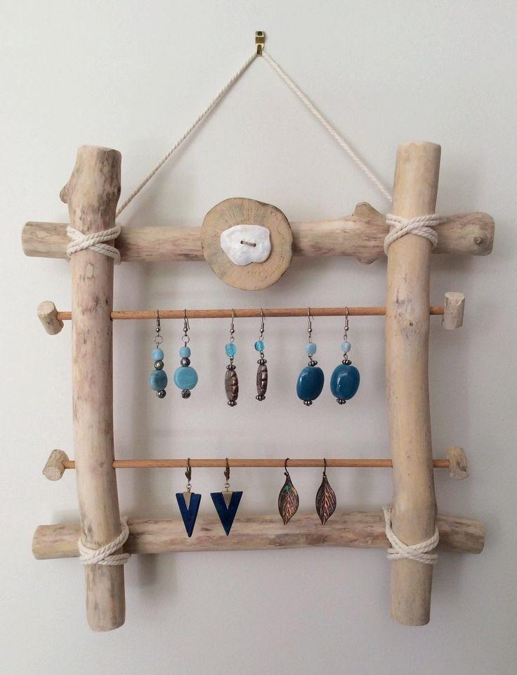 Les blogs regorgent d'idées pour fabriquer des présentoirs à bijoux esthétique et fonctionnels vous permettant ainsi de les ranger facilement et d'avoir tous vos bijoux à portée de main.