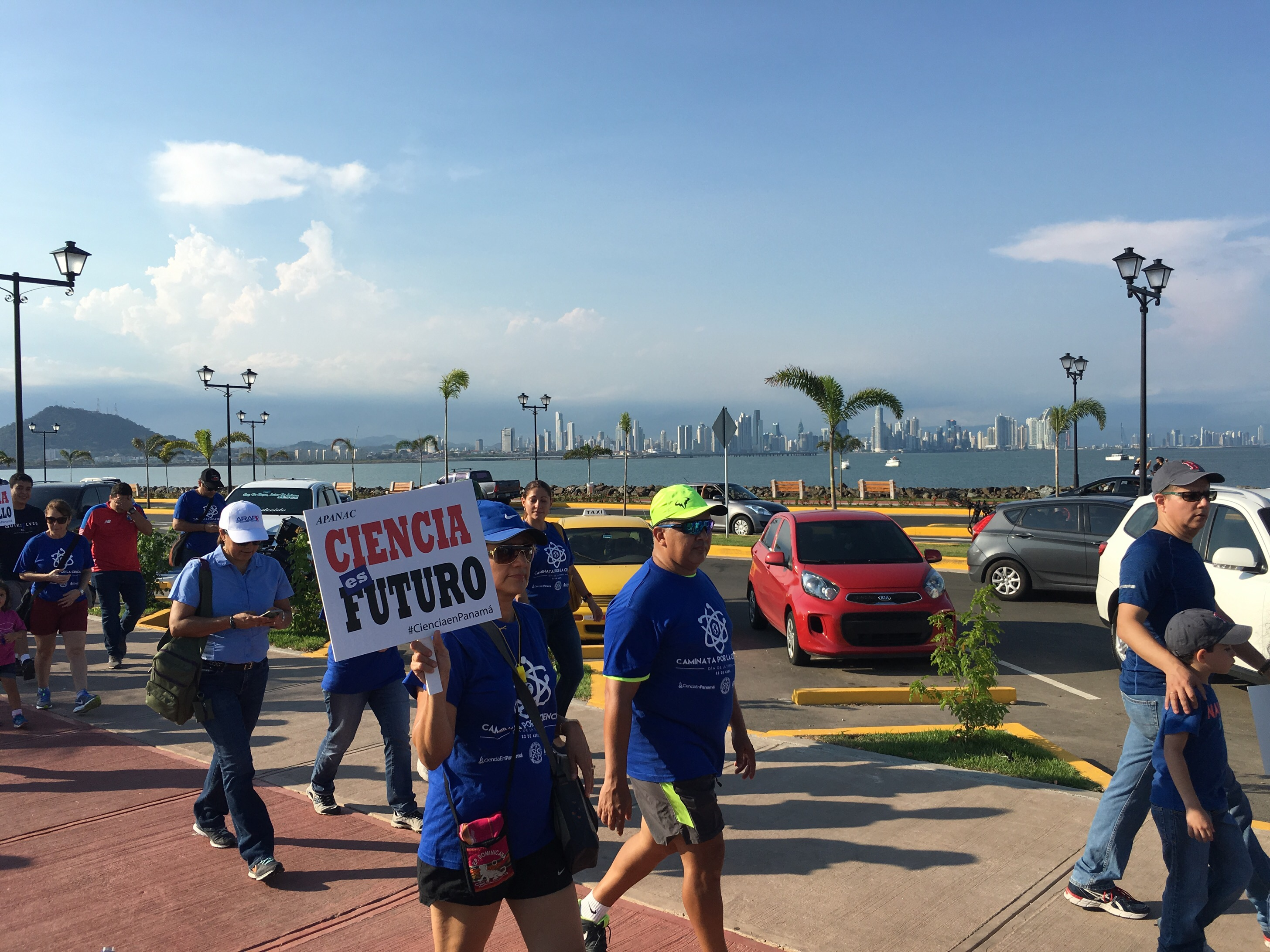 Caminata para la Ciencia [Science March].  Panamá City in the Background.