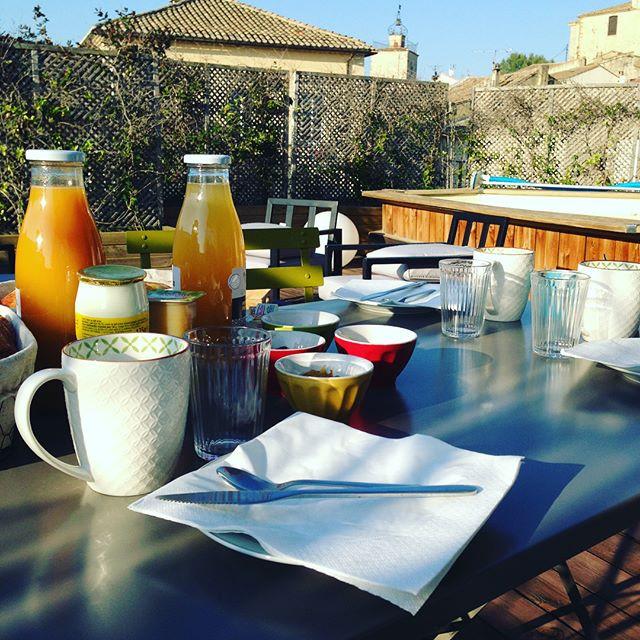 Petit déjeuner en terrasse à La Suite du Off, Vaucluse, Avignon