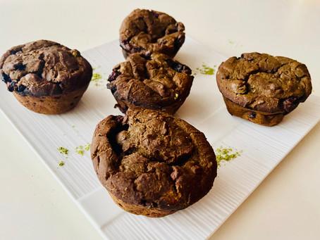 Muffins protéinés au matcha, banane, épinard et bleuet