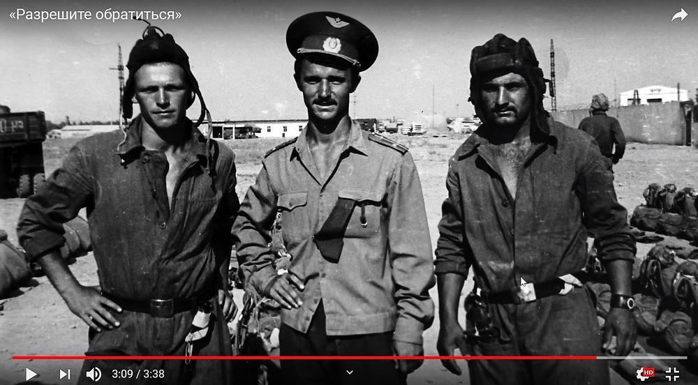 По центру Валерий Востротин в Афганистане