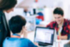 Los alumnos de anglo centres realizan clases de inglés presenciales y virtuales u online con zoom.