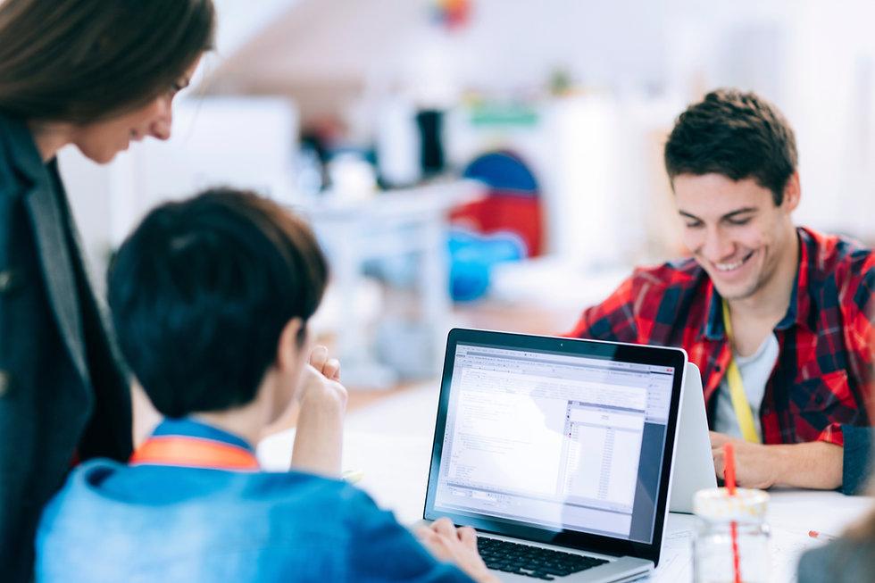 Systemutvecklare som tittar på sin datorskärm