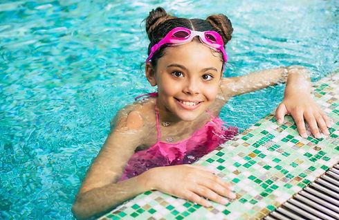 Blije Kinderen - blij meisje op zwemles