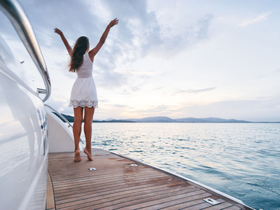 e-motion-hybrid-systems-for-yachts-happy-woman