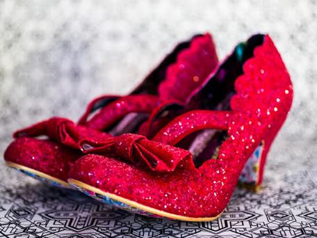 הנעליים האדומות- סיפור הנערה קטועת הרגליים