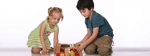 Los niños de bloques de amontonamiento