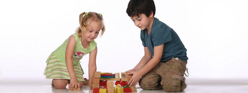 Crianças brincando com blocos exercitando a coordenação motora