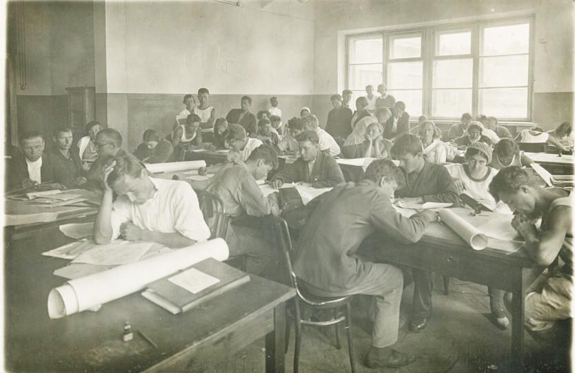 Год ориентировочно 1925-й, скорее всего одна из аудиторий МГРИ (тогда это была еще Горная Академия).  Из семейного архива профессора Е.Е. Захарова
