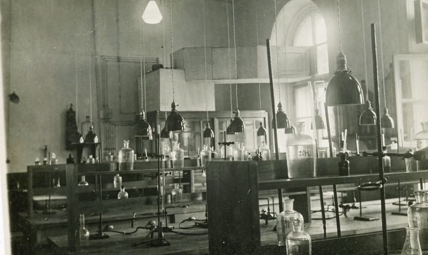 Лаборатория кафедры ПИ, ориентировочно 60-е годы.   Из семейного архива профессора Е.Е. Захарова
