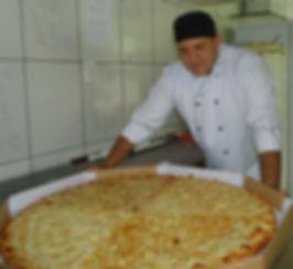 luis com pizza ggg.jpg
