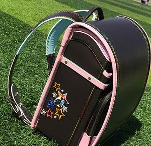 Наши ортопедический рюкзак Randoseru для всех первоклашек размером: В 34.5 см Д 27 см Ш 18 см с таким размером рюкзака, кроме ежедневных школьных принадлежностей, вы можете разместить Куклы, Термос, Зонтик и т. д.  «Основное качество материала» Clarino вес рюкзака 1.250 кг. Производительность и преимущества: зеленый, хорошая воздухопроницаемость, растяжение, непростая деформация, дождевой контроль и защита от царапин.  «Дизайн декомпрессии» Этот школьный рюкзак специально разработан для снижения давления трех частей плеч, спины и ягодиц детей. Он может поддерживать и защищать позвоночный столб. Приложите все усилия для защиты здоровья ваших детей.  «Удобный и эффективный» Пряжка передней крышки школьного рюкзака сделана из металла, до тех пор, пока осторожно скручивается, немедленно откройте сумку. Широкий плечевой ремень на 5 см, плечевые ремни повернуты на 360 градусов, чтобы подогнать плечи детей в более подходящий угол. Супер тотализатор, легко поднимается.  «Светоотражающий эскор