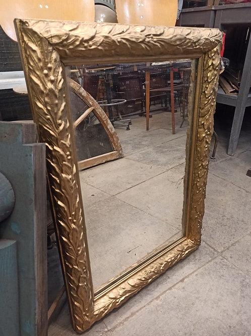 Зеркало в позолоченной раме, левкас