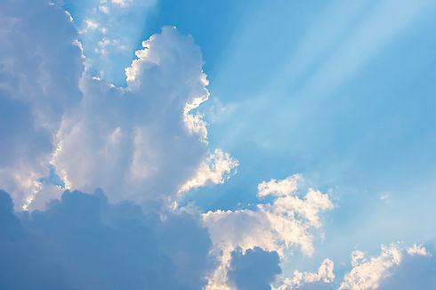 beaute-du-ciel-nuages-soleil_53526-725.j