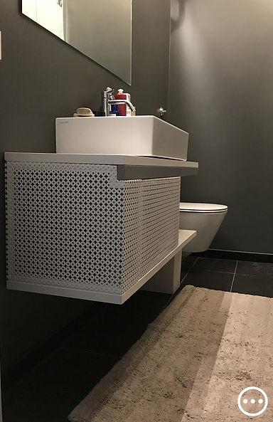 bagno di servizio total black mobili design lamiera microforata