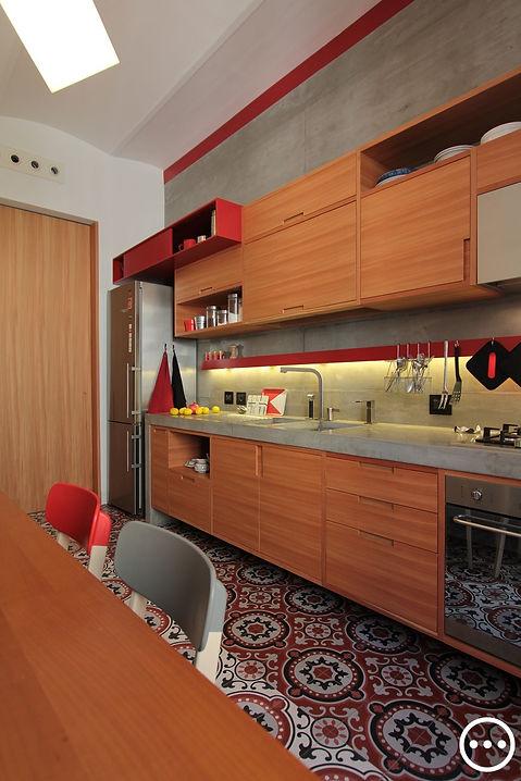 cucina cementine cemento armato lamiera  rossa e legno larice