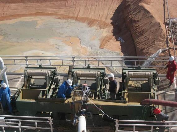 「香港金融集團」鑽井工程技術人員在埃及油田2號區塊鑽機井架下,泥漿池旁,認真地進行工程作業和檢測工作。