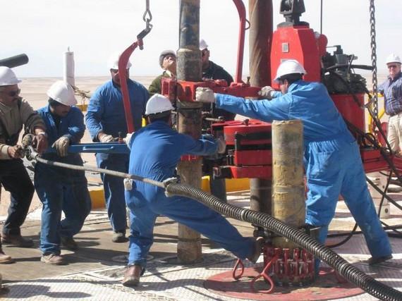 「香港金融集團」工程技術人員在埃及油田2號區塊鑽井平台上,為鑽井下套管而緊張工作。