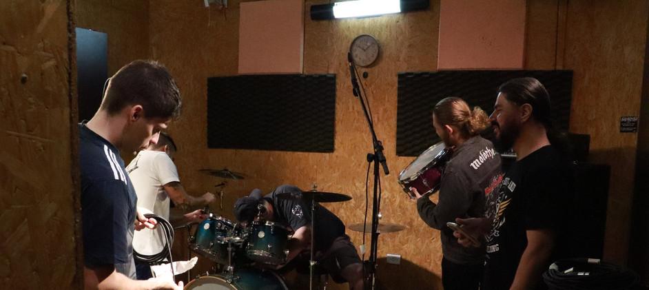 Produtores da RecStation, Renan e Sandro com os músicos da banda Trendkill Inc.