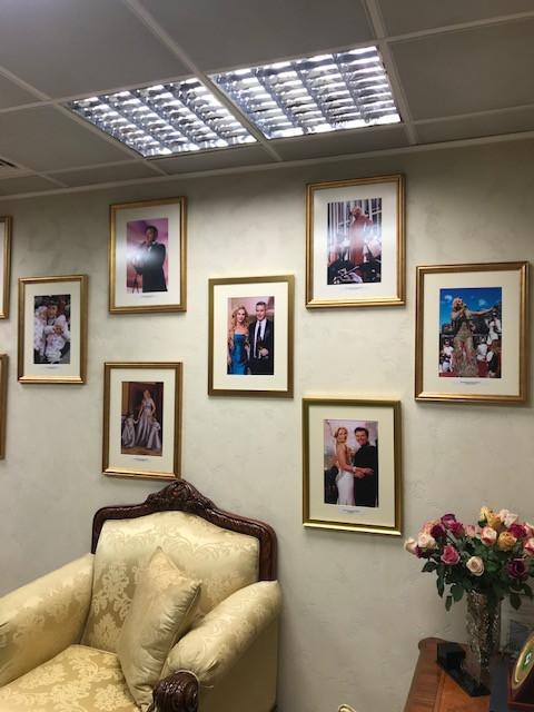 ゴージャスなオフィスにかかる写真の数々