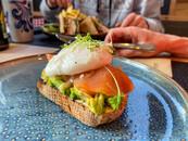 Pochiertes Ei und geräucherter Lachs auf Avocado
