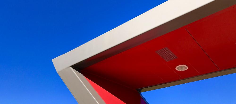 Un angle rouge, sur fond bleu. Dynamisme