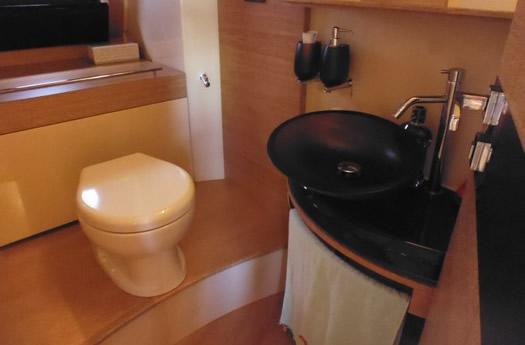 Toilet of Azimut 58 Flay / Aseo del Azimut 58 Flay