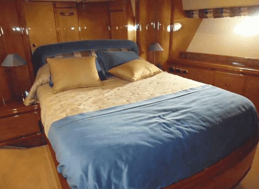 Cabin with double bed / Camarote con cama doble