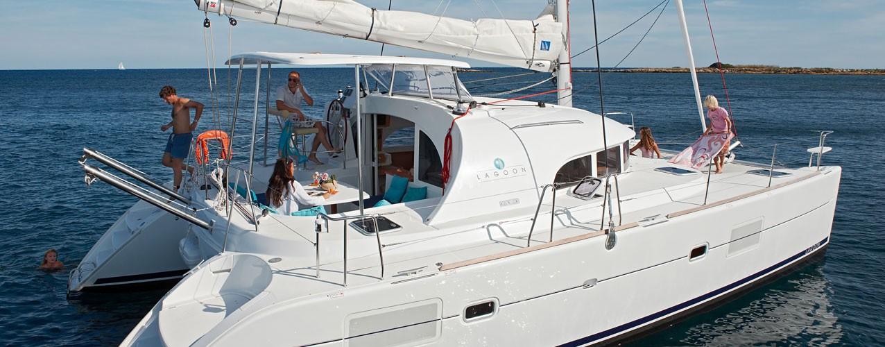 Catamaran anchored / Catamaran fondeado