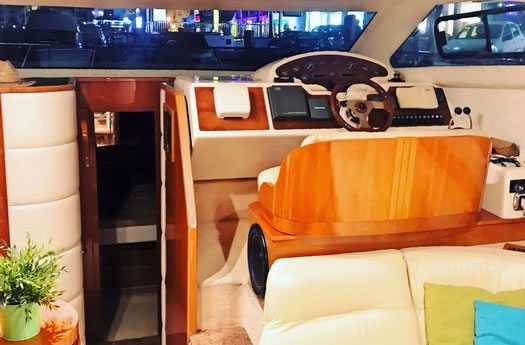 Wheelhouse and cabin access / Timonera y acceso a camarotes