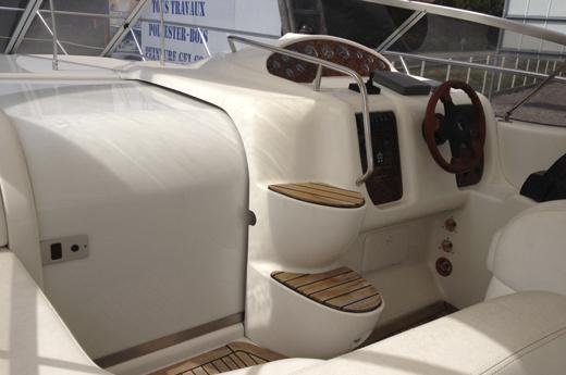 Steering wheel and access to the interior / Timonera y acceso al interior