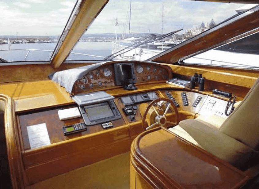 Fully equipped interior wheelhouse / Timonera interior totalmente equipada