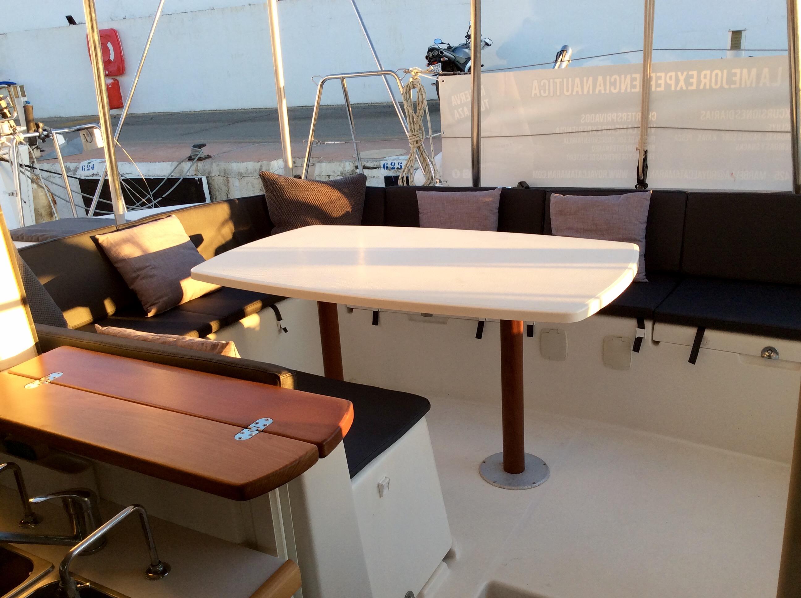 Stern terrace seating area / Zona de estar en terraza en popa
