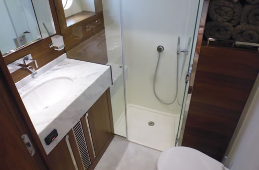 Toilet of the Sunseeker 68 Sport Yacht /  Aseo del Sunseeker 68 Sport Yacht