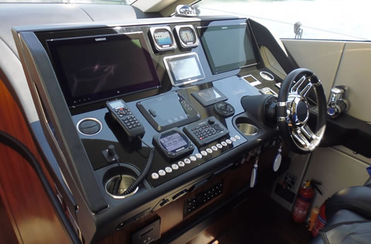 Command post of the Sunseeker 68 Sport Yacht / Puesto de mando del Sunseeker 68 Sport Yacht