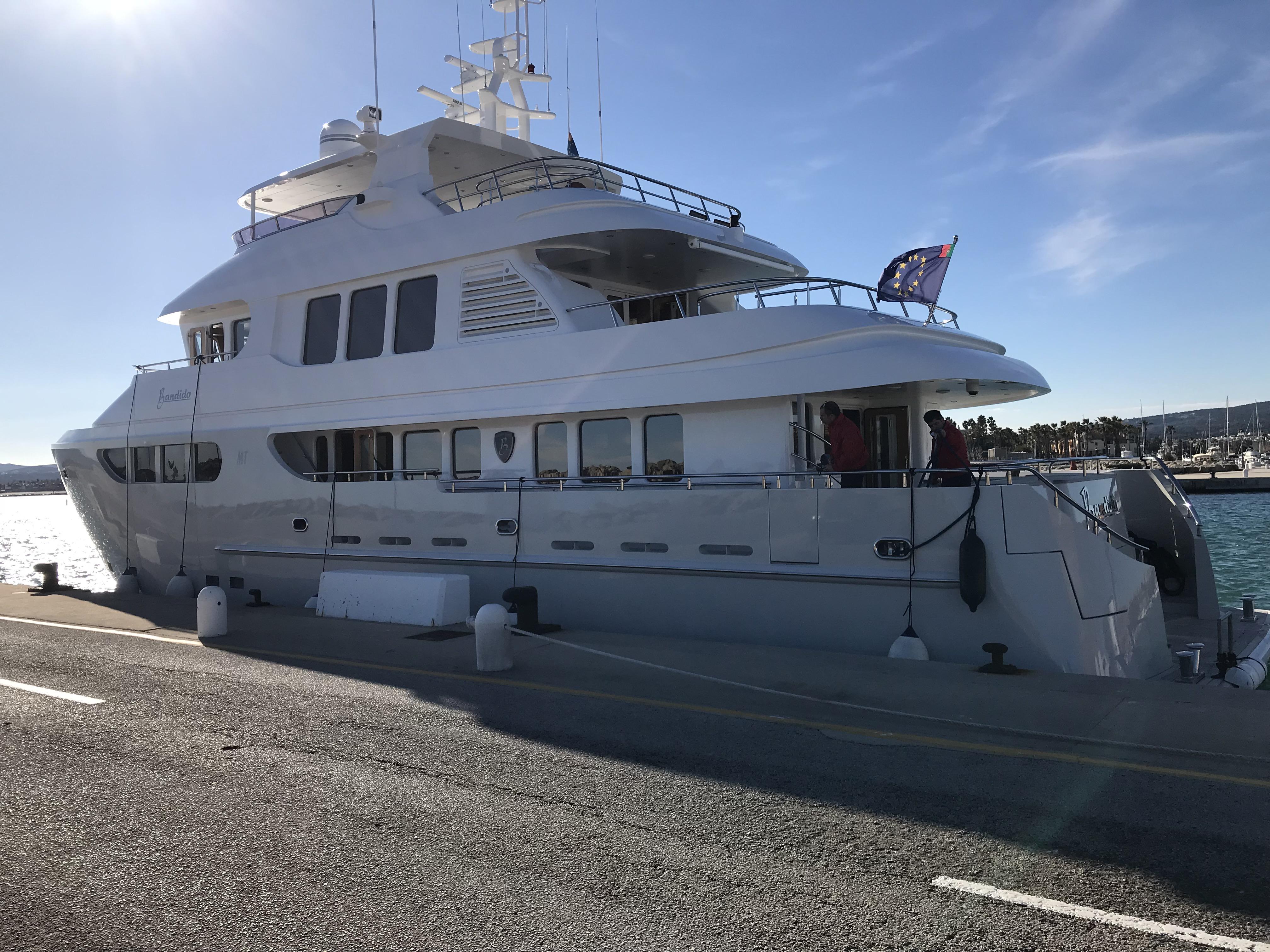 Banbido 90 moored / Banbido 90 amarrado