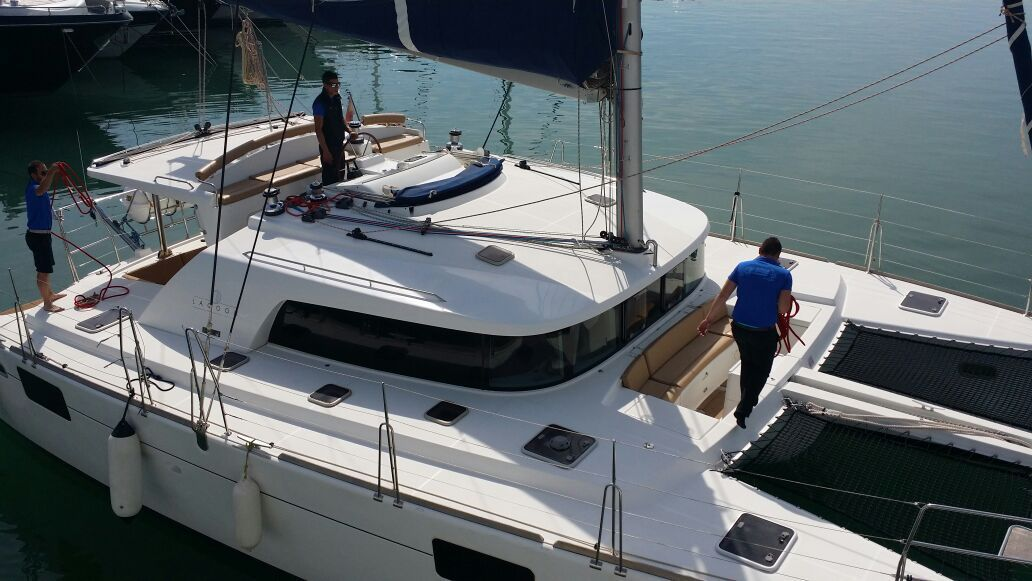Lagoon 440 with his crew / Lagoon 440 con su tripulacion