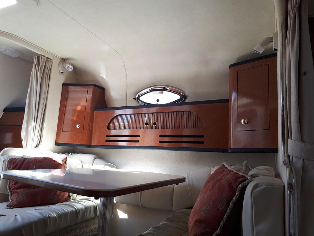 Interior dining room of the Sea Ray 315 / Comedor interior del Sea Ray 315